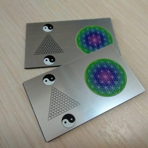 зеркальная нанопластина с генератором сверхслабого электромагнитного поля